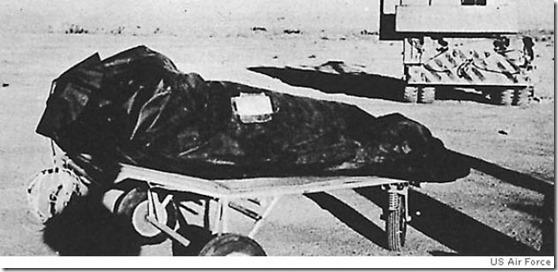 corpo ovni thumb Fotógrafos militares revelam novos detalhes do Incidente de Roswell