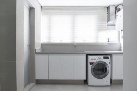 Com a marcenaria que garante espaço para guardar os itens de limpeza, a área de serviço se revela um ambiente clean e confortável para circulação.