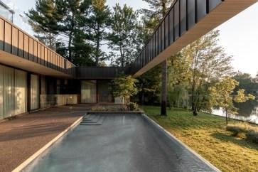 No pátio, o visitante pode observar a piscina.