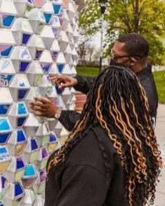 A instalação foi criada com o intuito de promover uma maior interação entre as pessoas.