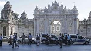 Istana_Istanbul_Dolmabahce_Diserang