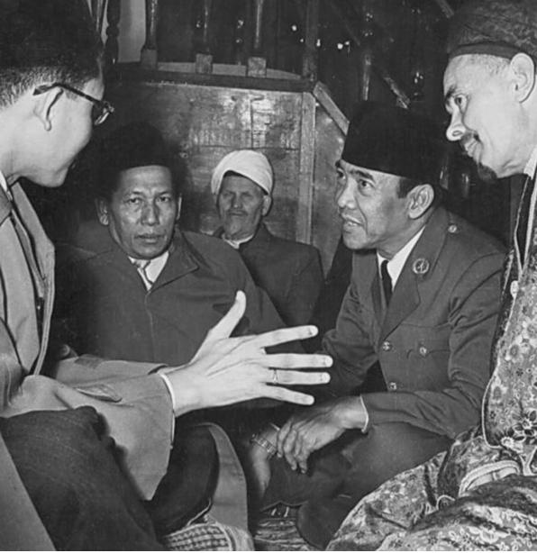 Gus Mus Dan Peci Bung Karno, Identitas Islam Nusantara