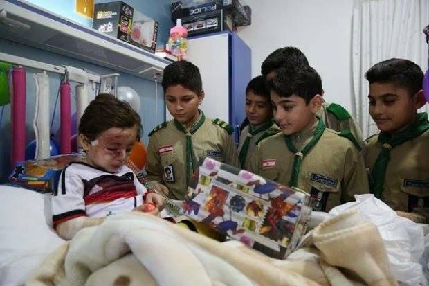 Anak-anak kecil menjenguk Haider Mustafa untuk menghiburnya