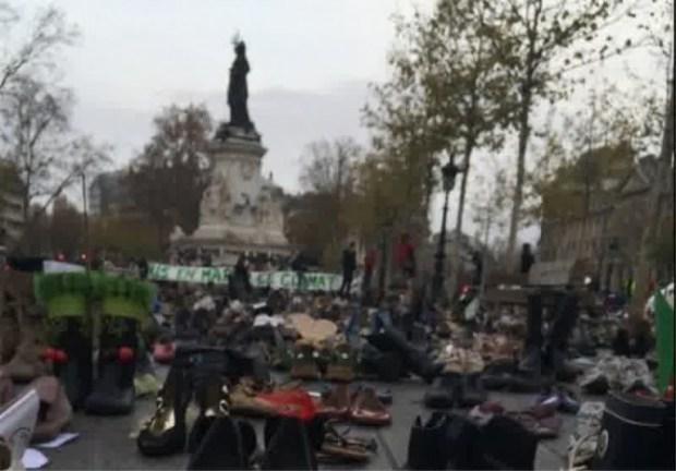 Lautan Sepatu Berunjuk Rasa di Paris2