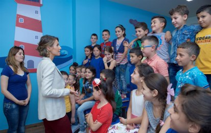 Asma Assad hibur anak pejuang Suriah