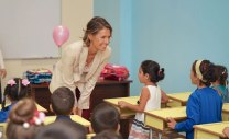 Asma Assad berbincang dengan anak kecil