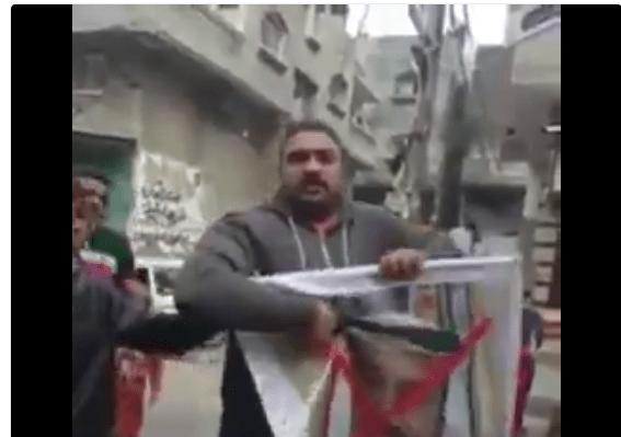 VIDEO: Dikhianati Saudi, Warga Palestina Bakar Poster Raja Salman di Gaza