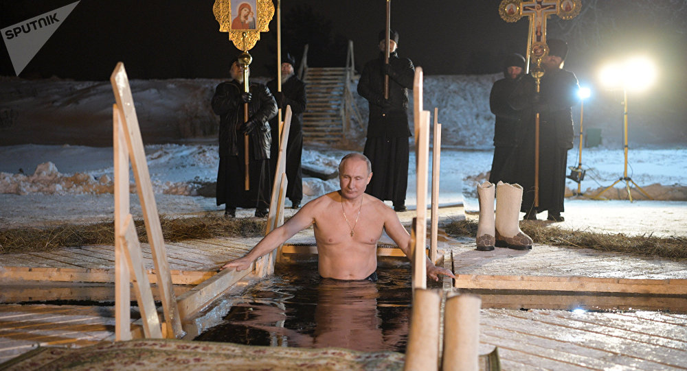 Putin Tandai Perayaan Ortodoks Epiphany dengan Berendam di Danau ES