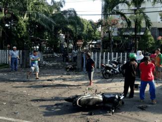 Bom Bunuh diri di depan gereja Santa Maria Surabaya