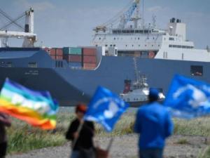 Aktivis Anti-War Protes Kehadiran Kapal Kargo Saudi di Pelabuhan Spanyol
