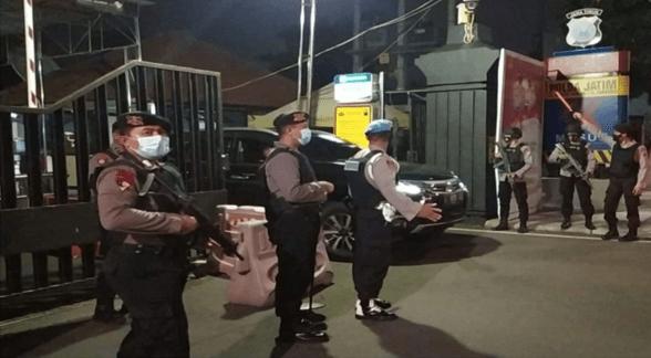 Anggota Brimob Bersenjata Lengkap Jaga Pintu Masuk Polda Jatim