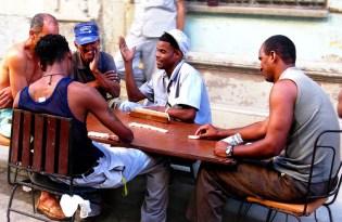En Cuba el dominó se juega hasta en la calle.