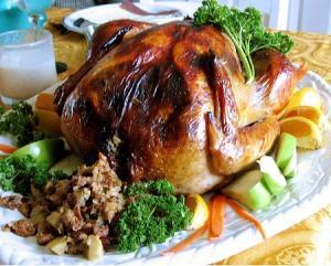 En Thanksgivingla familia se reune y junto al pavo relleno servido habitualmente con una salsa de arándano