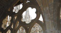 Torres de la catedral de Bayonne desde el claustro
