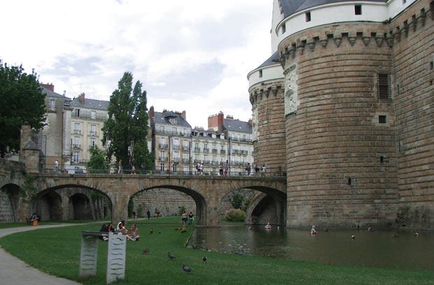 Foso y murallas del Castillo de los Duques de Bretaña