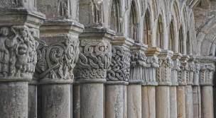 Detalle de arcos y capiteles del claustro