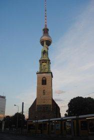 Vista de St. Marienkirche con la Torre de la Televisión detrás