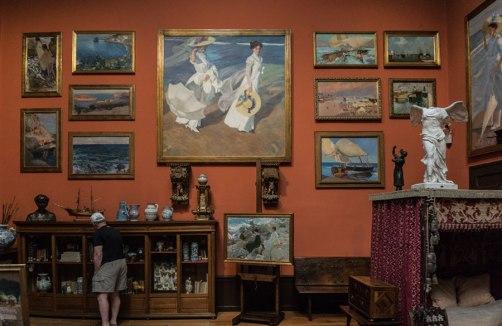 """""""Paseo a la orilla del mar"""" y otras de las obras de Sorolla en su estudio."""