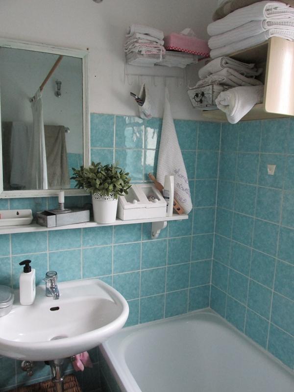 bagno piastrellato con azzurro  Arredamento Shabby