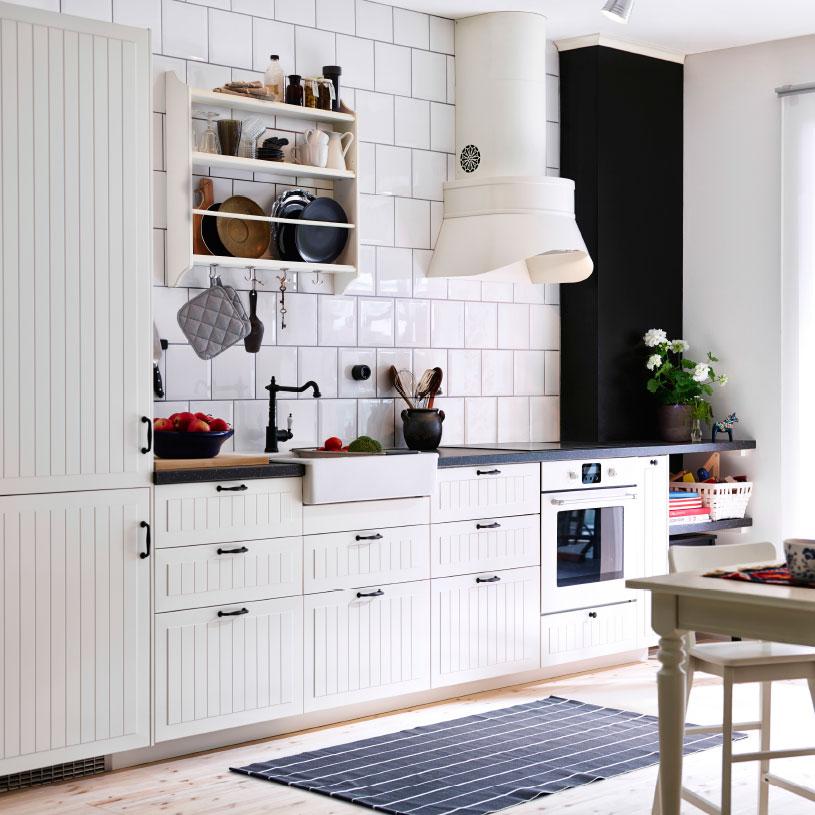Cucina in stile shabby chic con ante bianche e piano di lavoro in legno. Le 5 Cucine Ikea Piu Adatte All Arredo Shabby Chic