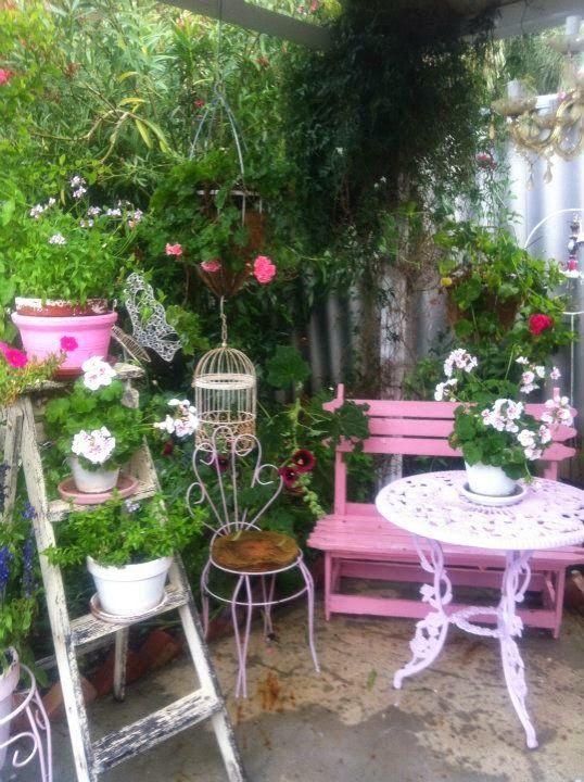 Un'idea stravolgente per poter arredare il giardino, è quella di usare lo stile shabby chic. Un Giardino Da Sogno In Stile Shabby Chic