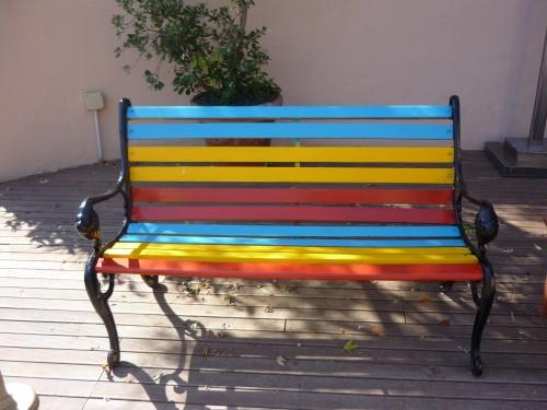 in giardino una panchina colorata idee arredo per l