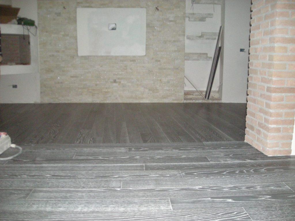 Pavimenti In Rovere Grigio : Laminato grigio chiaro pavimento in laminato effetto pietra