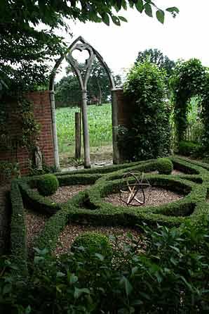 Des bordures dans un jardin  Arrosoirs et Scateurs