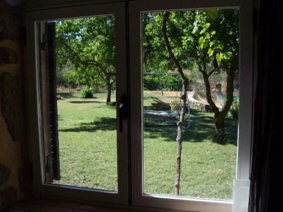 Vista desde el Apartamento rural jardín de Infancia al jardin con Barbacoa y piscina