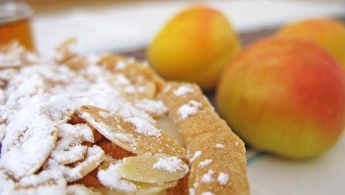 Tarta de albaricoques con mistela y crema de almendras