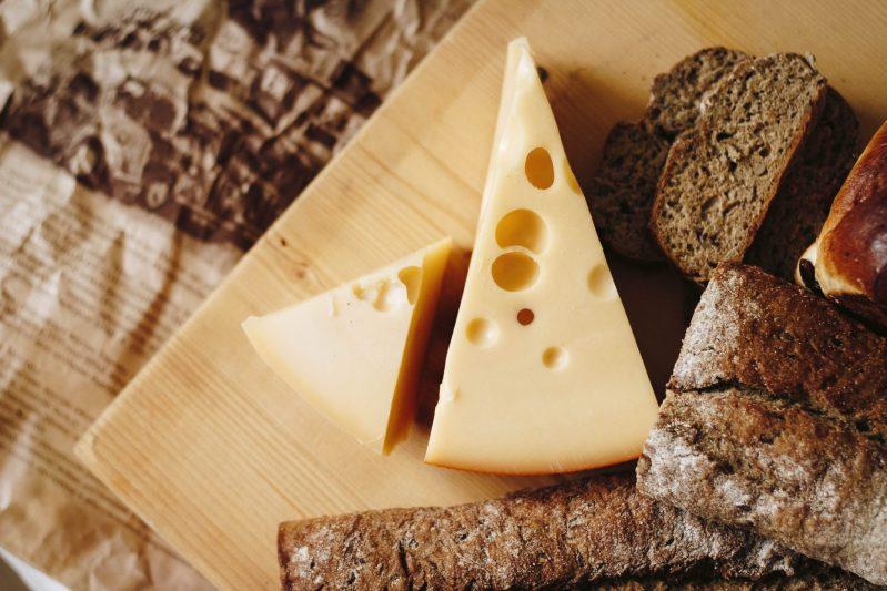Bild eines Frühstücksbretts mit Brot und Käse