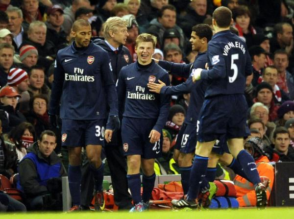 Arshavin celebrates with his mates