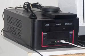 Mediaboksi valmiina ja kovassa käytössä. Etukulmassa magneetilla kiinnittyvä emolevyn WLAN-antenni.