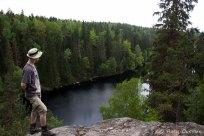 Iso Helvetinjärvi. Tästä on melkoisen jyrkkä pudotus.
