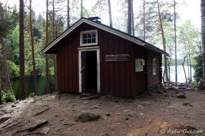 Helvetinkolun päivätupa Iso-Helvetinjärven rannalla.