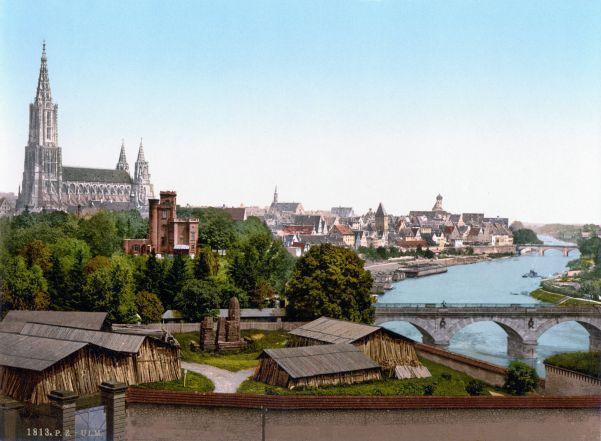 Ulm, Baden-Württemberg. Taustalla tuomiokirkko ja Tonava-joki.