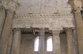 Архитрав в базилике Сан-Сальваторе, Сполето, Италия.