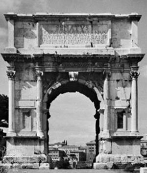 Надписанный чердак, преодолевающий главный карниз Арки Тита, Рим.