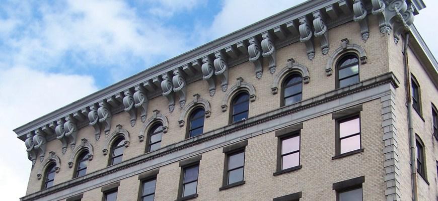 Пример карниза, над большими консолями , вдоль верхней части центра Maxwell здания в центре города Wheeling, Западная Вирджинии , США .