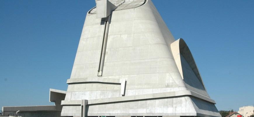 Церковь, спроектированная Ле Корбюзье в Фирмини, Франция; он был завершен в 2006 году его протеже Хосе Обрери.