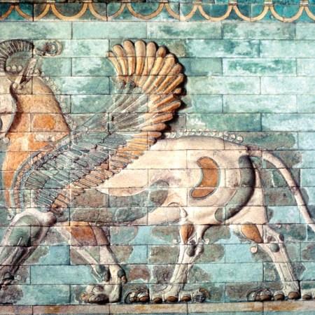 Крылатый лев с головой барана и задними лапами грифона, эмалированный плиточный фриз из дворца Дария I в Сузах, ок. 510 лет ДО НАШЕЙ ЭРЫ ; в Лувре, Париж.