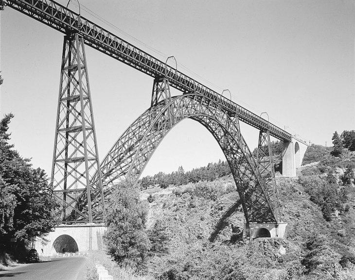 Этот кованый железный железнодорожный мост, простирающийся на 162 метра (541 фут), был спроектирован Густавом Эйфелем и завершен в 1884 году.