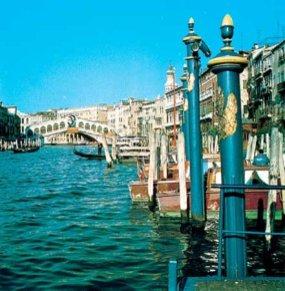 Гранд-Канал, с мостом Риальто на заднем плане, Венеция, Италия