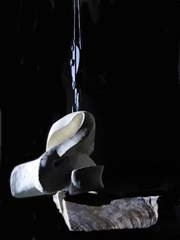 L'instant éternel 4 - Sculpture en Calcaire de Lacoste, bois d'olivier et fonte - Carole Kohler (b)