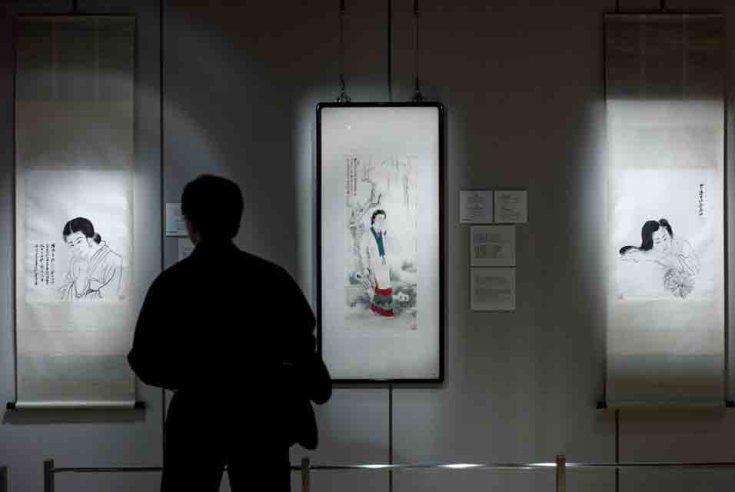 Эта фотография сделана 24 мая 2013 года. Человек смотрит на работы китайского мастера Чжана Дацяня в галерее Sotheby's в Гонконге.