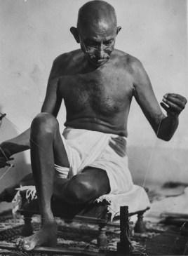 Ганди с нитью, Индия, 1946. Фото Маргарет Бурк-Уайт