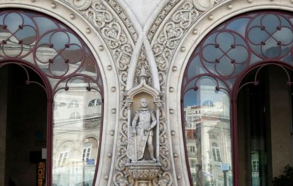 126-летняя статуя стала жертвой селфи