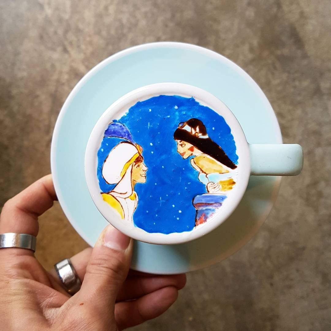 Бариста создает невероятные произведения в чашке латте