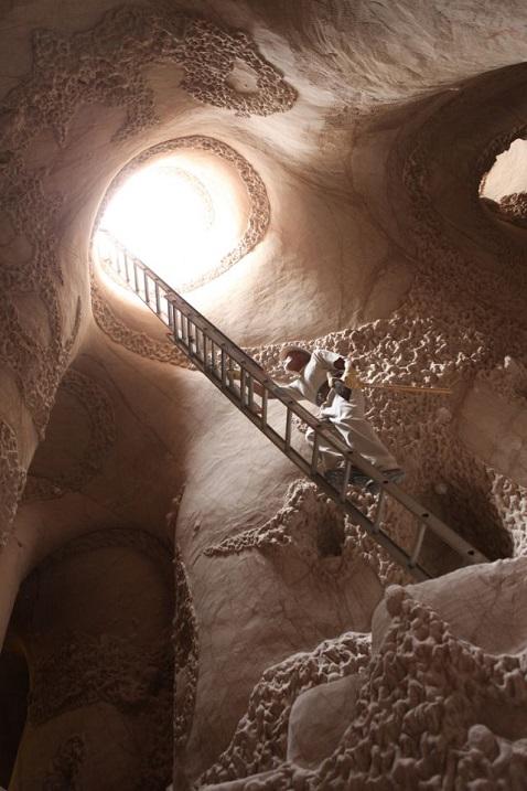 Скульптор в течение 30 лет строит подземный дворец