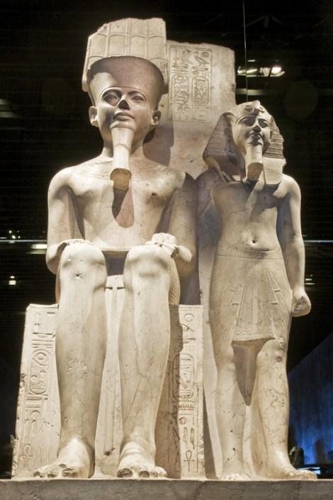 Statue di pietra all'ingresso del Museo Egizio
